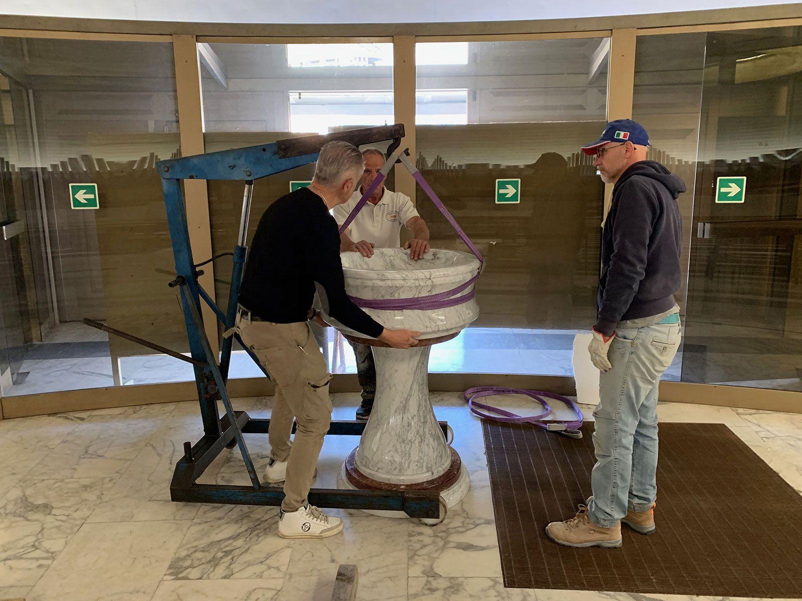 Il montaggio dell'acquasantiera in marmo